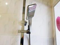 Budowa i naprawa - brać prysznić w łazience na chrom drymbie fotografia stock