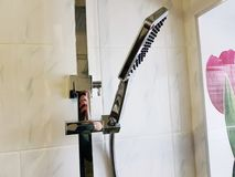 Budowa i naprawa - brać prysznić w łazience na chrom drymbie obraz royalty free