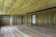 Budowa i odświeżanie duży przestronny pusty niedokończony strychowy pokój z dębową podłoga, ścianami i sufitem izolującymi z rock fotografia stock