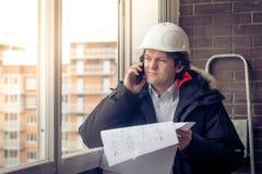 Budowa inżynier Używa komórka telefon komórkowego Miękka ostrość, stonowana zdjęcie stock