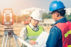 Budowa inżynier z brygadiera pracownikiem sprawdza budowę Zdjęcia Royalty Free