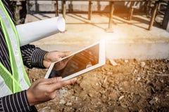 Budowa inżyniera pracownik używa pastylka komputer zdjęcia royalty free