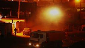 Budowa jarda nocna zmiana, ciężarówki pracuje jeżdżenie, budynek zbiory wideo