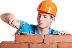 Budowa kamieniarz instaluje czerwoną cegłę Obrazy Stock