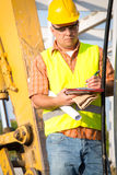 Budowa kierownik kontroluje plac budowy z planem Fotografia Royalty Free