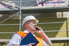 Budowa kierownik opowiada na telefonie Zdjęcie Royalty Free