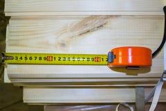 Budowa koloru żółtego i pomarańcze ruleta w górę drewnianego tła dalej obraz stock