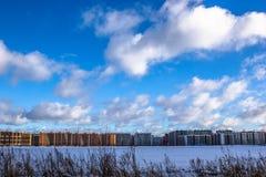 Budowa kondygnacja budynki mieszkalni w dużym mieście Zimy miasta krajobraz zdjęcia royalty free