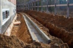 Budowa, kopiący okop w ziemi dla fajczany kłaść, dostawa wody i komunikacji, obraz royalty free