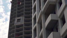 Budowa, budowa? mieszkania Żuraw podnosi kuchenkę zbiory