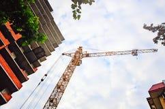 Budowa mieszkanie dom Podnośny żuraw przeciw niebu, widok spod spodu obrazy royalty free