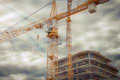 Budowa monolitowy betonowy budynek z przemysłowego budynku żurawiem Budowa żurawia zakończenie przeciw budynkowi Zdjęcia Royalty Free