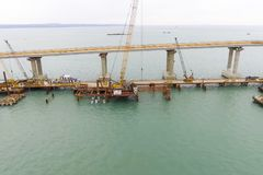 Budowa most Inżynierii udostępnienia dla budowy kolei i samochodu most przez cieśninę zdjęcia stock