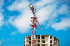Budowa multistore budynek z basztowymi żurawiami i niebieskim niebem Perspektywiczny widok Fotografia Royalty Free