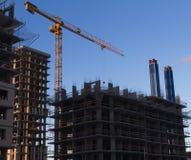 Budowa budowa multistory budynek instalacja metal kasetonuje żurawia w kolorze żółtym na tle Obrazy Royalty Free