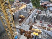 Budowa na zboczu z żurawiem Zdjęcie Royalty Free