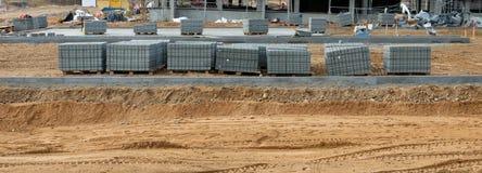 Budowa nowe miastowe drogi używa mnóstwo żwir, cement fotografia stock