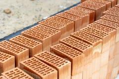 Budowa nowego domu pojęcie Zakończenie w górę fotografii czerwonej prostokątnej cegły kłaść na podłogowy outside zdjęcia stock