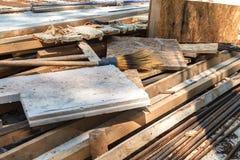 Budowa odpady na dachu dom w budowie zdjęcia royalty free