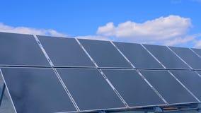 Budowa panel słoneczny i jaskrawy niebo nad ono zbiory wideo