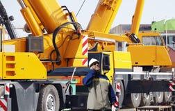 Budowa pracownicy i żurawie Fotografia Royalty Free