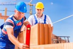 Budowa pracownicy sprawdza budynek skorupę Zdjęcie Stock