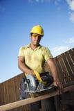 budowa pracownik tnący drewniany Fotografia Royalty Free