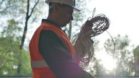 Budowa pracownika kablowy hełm na sprawdzać zwitkę druty zdjęcie wideo