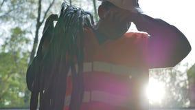 Budowa pracownika kablowy hełm na sprawdzać zwitkę druty zbiory