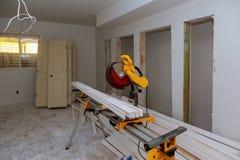 Budowa przemodelowywa domową tnącą drewnianą podstrzyżenie deskę z kółkowym dalej zobaczył obraz stock
