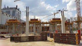 Budowa sala z zbrojonymi betonowymi filarami zdjęcia royalty free