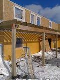 budowa szczegółów drzwi garażu front domu przez okno Fotografia Stock