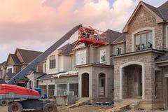budowa szczegółów drzwi garażu front domu przez okno Zdjęcia Royalty Free