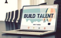 Budowa talent na laptopie w pokoju konferencyjnym 3d Zdjęcie Royalty Free
