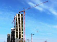 Budowa żuraw i budynek przeciw niebieskiemu niebu Zdjęcie Royalty Free