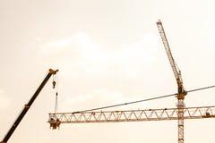Budowa żuraw na zmierzchu Fotografia Stock