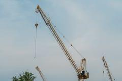 Budowa żurawia wierza przeciw niebieskiemu niebu Obrazy Royalty Free