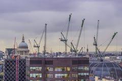 Budowa żurawie nad miastem Fotografia Stock