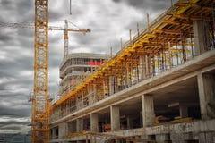 budowa ustanowione cegieł na zewnątrz miejsca Budowa żurawie, monolitowe betonowe ściany, formwork dla betonu Zdjęcie Stock