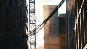 budowa ustanowione cegieł na zewnątrz miejsca Pracujący basztowy żuraw Pył wznosi się w powietrzu Wieszać druty na przedpolu zdjęcie wideo