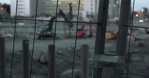 Budowa w późnym popołudniu, maszyny ciężkie, ogrodzenie w przedpolu zdjęcie wideo