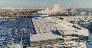 Budowa wielka fabryka w zimie, widok wielka fabryka od powietrza Nowożytny reklama budynek lub fabryka zbiory wideo