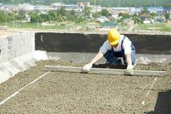 budowa wystawiający obrazka dach pracownika dacharz zrównuje z pływakowym bardonem fotografia royalty free
