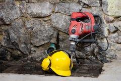 Budowa wytłacza wzory dla budować dom na kamiennej ścianie Młot, hełm i inni konieczni narzędzia dla, budowy lub rozszczepiać Zdjęcie Royalty Free