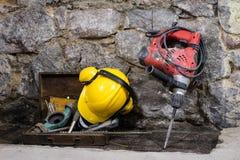Budowa wytłacza wzory dla budować dom na kamiennej ścianie Młot, hełm i inni konieczni narzędzia dla, budowy lub rozszczepiać Fotografia Royalty Free