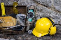 Budowa wytłacza wzory dla budować dom na kamiennej ścianie Młot, hełm i inni konieczni narzędzia dla, budowy lub rozszczepiać Obraz Stock