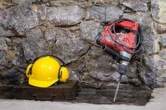 Budowa wytłacza wzory dla budować dom na kamiennej ścianie Młot, hełm i inni konieczni narzędzia dla, budowy lub rozszczepiać Zdjęcia Royalty Free