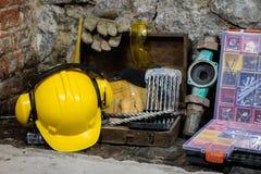 Budowa wytłacza wzory dla budować dom na kamiennej ścianie Młot, hełm i inni konieczni narzędzia dla, budowy lub rozszczepiać Zdjęcie Stock