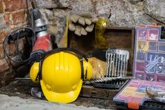 Budowa wytłacza wzory dla budować dom na kamiennej ścianie Młot, hełm i inni konieczni narzędzia dla, budowy lub rozszczepiać Obrazy Royalty Free