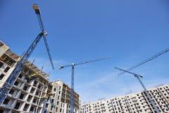 Budowa z żurawiami na nieba tle zdjęcia stock